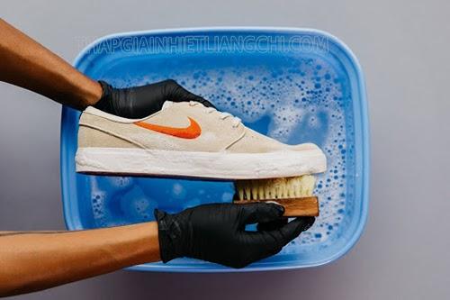 vệ sinh giày thể thao