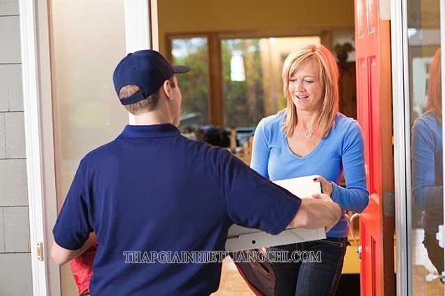 Nhân viên sẽ mang hàng tới tận nhà cho người mua