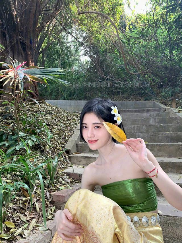 Cúc Tịnh Y bị chê phèn trong trang phục Thái Lan.